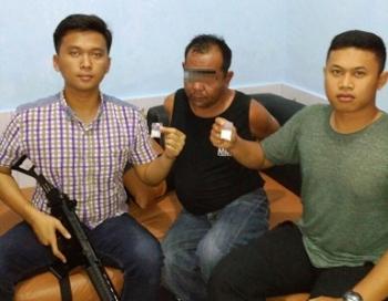 Agus Arman (38) tahun warga Palangka Raya saat diapit Kasat Narkoba AKP Yonals Nata Putera dan Kapolsek Banama Tingang Ipda I Gede Gustiyana