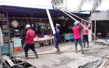 Pedagang buah hanya bisa pasrah melihat bahan warung mereka dibongkar petugas, Senin (6/3/2017)
