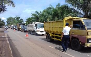 Kemacetan lalu lintas saat proses pembongkaran warung pedagang di Jalan Sudian Km 3 Sampit.