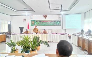 Plt Kepala Badan Keuangan Daerah Provinsi Kalimantan Tengah Kaspinor memberikan arahan dalam Rapat Rekonsiliasi Pajak Kendaraan Bermotor dan Biaya Balik Nama Kendaraan Bermotor Triwulan I, Senin (6/2/2017).