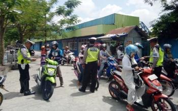 Polisi melakukan operasi simpatik di Jalan Sutan Syahrir Pangkalan Bun, Senin (6/3/2017).