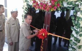 Wakil Bupati Seruyan Yulhaidir saat memotong pita peresmian gedung pelayanan terpadu administrasi pada kantor Disdukcapil Seruyan, di Kuala Pembuang, Senin (6/3/2017).