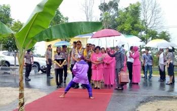 Sanggar Seni Talepok Kelurahan Padang Sukamara saat menyambut kedatangan Kapolda Brigjen Pol Drs. Anang Revandoko dengan silat kuntau, Senin (6/3/2017).