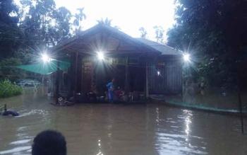 Salah satu rumah warga desa Sukarami Kecamatan Aruta menggunakan mesin genset untuk menerangi rumah mereka pada malam hari.