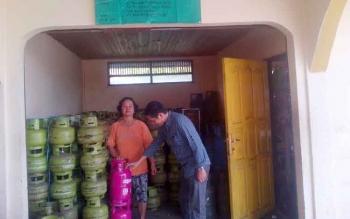Warga hendak membeli gas elpiji 3 kilogram di pangakalan gas Jalan Pahlawan Atas, Buntok, Kabupaten Barito Selatan, Senin (6/3/2017).