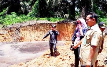 Komisi II DPRD Kotim saat melakukan sidak limbah di PT KMB beberapa waktu lalu.