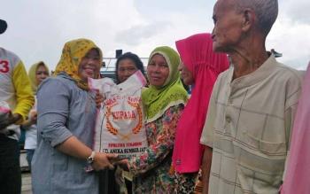 Calon bupati terpilih Nurhidayah menyerahkan bantuan secara simbolis kepada warga bantaran Sungai di RT 01, Kecamatan Kolam, Senin (6/3/2017).