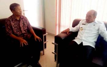 Head of Media Tanjung Lingga Group Yohanes S Widada (kiri) berbincang dengan Kepala BNNP Kalteng Kombes Pol Triwarno Atmojo (kanan), Senin (6/3/2017).