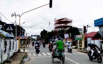 Warga pengguna jalan tampak hati-hati melintasi perempatan di depan Bank BRI Buntok, karena traffic light mengalami kerusakan