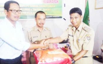 Pihak Wilmar Group didampingi Wakil Bupati Seruyan Yulhaidir, saat menyerahkan bantuan berupa alat pemadam kebakaran kepada dua orang kepala desa di Kecamatan Seruyan Hilir, Senin (6/3/2017).