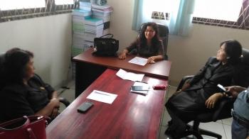 Anggota DPRD Gumas Lily Rusnikasi (tengah) dan Wakil Ketua II DPRD Gumas Ristawati T Alang dan anggota DPRD Pancar saat berbincang di ruang Komisi III, Senin (6/3/2017).