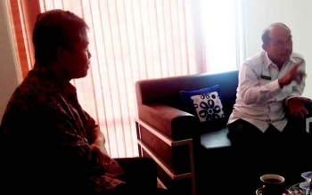 Head of Media Tanjung Lingga Group Yohanes S Widada (kiri) berbincang dengan Kepala BNNP Kalteng Kombes Pol Triwarno Atmojo (kanan), Senin (6/3/2017)