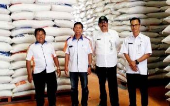 Kepala Bagian (Kabag) Ekonomi Setda Lamandau, Budi Prastowo, saat mengecek stock beras di Bulog Pangkalan Bun, beberapa waktu lalu.