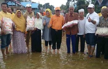 Pasangan bupati dan wakil bupati Kotawaringin Barat terpilih, Hj Nurhidayah dan Ahmadi Riansyah saat menyerahkan bantuan paket sembako berupa beras ke warga Desa Kondang, Kecamatan Kolam, Kabupaten Kobar, Senin (6/3/2017)