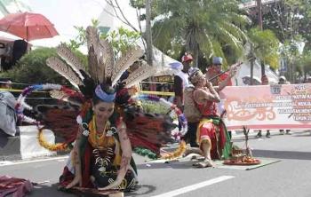 Peserta Sampit Karnaval sedang menunjukkan aksi tariannya, beberapa waktu lalu,