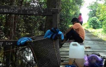 Masih banyak warga yang memanfaatkan waktu libur untuk memancing di sungai. Sayangnya selain ikan, sampah-sampah juga ikut memenuhi sungai