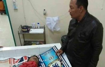 Kapolsek Cempaga Hulu Iptu AA Rahmad memeriksa jasad korban tenggelam di puskesmas setempat.