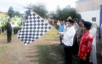 Bupati Katingan Ahmad Yantenglie didampingi wakilnya Sakariyas mengibarkan bendera start pelepasan peserta pawai taaruf di Lapangan Gagah Lurus Kasongan, Senin (6/3/2017).