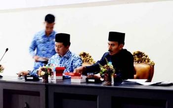 Bupati Barito Utara Nadalsyah bersama Wakil Ketua II DPRD Barut, Acep Tion saat memimpin forum SKPD