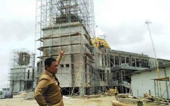 Bupati Edy Pratowo saat meninjau proyek masjid Agung Pulang Pisau, beberapa waktu lalu.