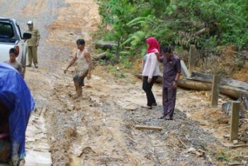 Anggota DPRD Kabupaten Barito Utara Wardatun Nurjamilah dan Asran saat meninjau jalan menuju Lampeong, Kecamatan Gunung Purei, beberapa waktu lalu.