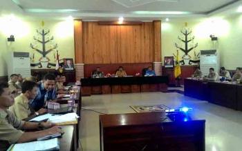 Kepala Dinas Perumahan Rakyat dan Kawasan Permukiman Kota Palangka Raya Rojikinnor saat memimpin Rapat Penanganan Sarang Burung Walet di Aula Peteng Karuhei II, Selasa (7/3/2017).