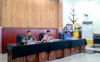 Dandim 1016/Plk Letkol Czi Alfius Nafirinda Krisdayanto (kiri) saat menjelaskan jumlah sarang walet di Kota Palangka Raya, Selasa (7/3/2017).