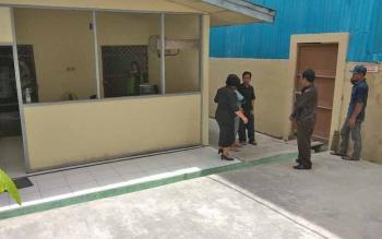 Petugas jaga tahanan mengobrol di dekat tuang tahanan Pengadilan Negeri Palangka Raya sambil menunggu sidang.