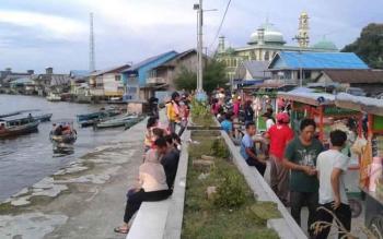 Masyarakat Sukamara saat duduk santai di pelabuhan Speed Boat depan Pasar Inpres Sukamara.