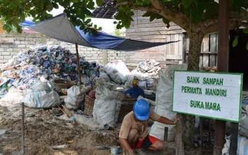 Tumpukan sampah di lokasi Bank Sampah yang ada di Kelurahan Padang Sukamara.