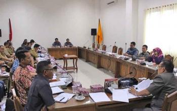 Punding LH Bangkan memimpin Rapat Dengar Pendapat (RDP) dengan multi pihak antara perusahaan, Pemkab Kapuas, Pemprov Kalteng, dan masyarakat di ruang rapat Komisi B, Selasa Selasa (7/3/2017).