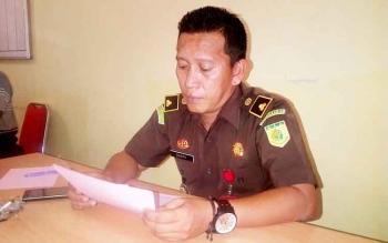 Kasi Pidsus Kejari Barsel, Zulkifli Mooduto memberikan keterangan kepada Borneonews di ruang kerjanya. Selasa (7/3/2017).