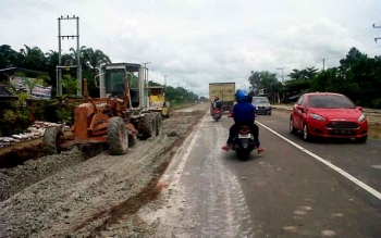Aktivitas alat berat tengah mengerjakan pelebaran Jalan Trans Kalimantan wilayah Kereng Humbang Kasongan, Selasa (7/3/2017).