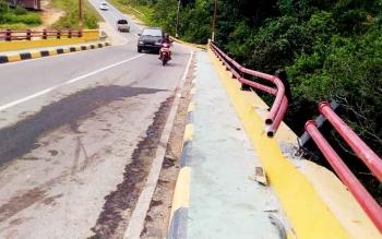 pembatas Jembatan Batu Mahasur, Kuala Kurun, Kabupaten Gumas yang rusak ditabrak truk akibat menghindari kendaraan yang parkir di jembatan.