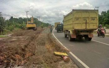 Sebagian ruas Jalan Trans Kalimantan wilayah Kasongan Kabupaten Katingan yang dilebarkan itu, Selasa (7/3/2017).
