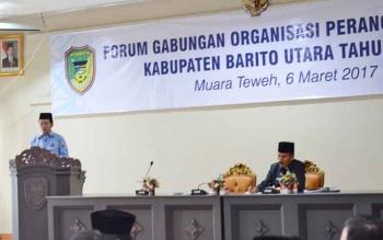 Bupati Barito Utara Nadalsyah saat memberikan sambutan pada kegiatan forum SKPD, Senin (6/3/2017)