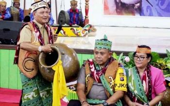 Ketua DAD Lamandau, Mas Labihi Patih Kunci, Ir. Marukan, saat memimpin prosesi pemberian gelar kepada Kapolda Kalteng.
