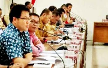 Dirut PT Industrial Forest Plantation (IFP), Lin Ming Lai saat menjelaskan duduk persoalan perusahaannya dengan masyarakat di ruang rapat Komisi B DPRD Kalteng