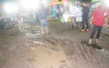 Kondisi pasar rakyat STQ II Katingan, tampak becek setelah diguyur hujan.
