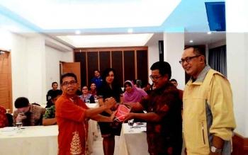 Haruddin, Kepala Balai Bahasa Kalteng menyerahkan buku Undang-Undang Bahasa Indonesia secara simbolis kepada Sutransyah, Ketua PWI Kalteng
