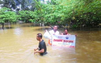 Relawan Zakat Kita menyerahkan bantuan logistik di tengah kepungan banjir korban banjir di Kelurahan Pangkut, Kecamatan Arut Utara, Kabupaten Kotawaringin Barat.
