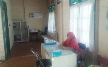 Utin Jaherah, perawat di Pustu Kotawaringin Hilir belum menerima gaji sejak Januari 2017. Sebagian gajinya juga dipakai beli solar untuk menyalakan genset.