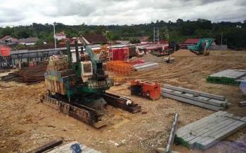 Pembangunan gedung baru RSUD Muara Teweh, Kabupaten Barito Utara, yang dikerjakan oleh PT Jaya Konstruksi.