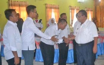 Bupati Sukamara Ahmad Dirman saat bersalaman dengan tamu undangan di sebuah kegiatan.