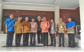 Kabag Ekonomi Setda Kabupaten Lamandau, Budi Prastowo (batik oranye) saat melakukan penjajakan rencana pelatihan di Kota Solo, Jawa Tengah, beberapa waktu lalu.
