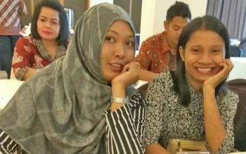 Oktrika Nugraheni bersama Testi Priscilla, dua wartawati di Kalimantan Tengah saat mengikuti kegiatan di Palangka Raya, Rabu (8/3/2017).
