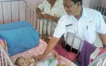 Direktur RSUD Mas Amsyar Kasongan dr Noor Sanuri saat melihat kondisi kesehatan salah satu pasien balita yang terkena gizi buruk di ruangan anak Bangsal Melati rumah sakit setempat, Rabu (8/3/2017).