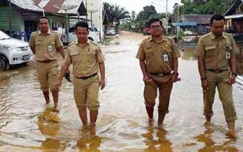 Direktur RSUD Kuala Hanau Reza Saputra (dua kanan) didamping sejumlah petugas rumah sakit itu berjalan kaki mengecek kondisi kesehatan warga di kecamatan itu.