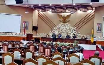 Juru Fraksi Golkar di DPRD Provinsi Kalteng Yovie A saat menyerahkan pemandangan umum fraksinya kepada Ketua DPRD pada Rapat Paripurna ke-3, Rabu (8/3/2017).