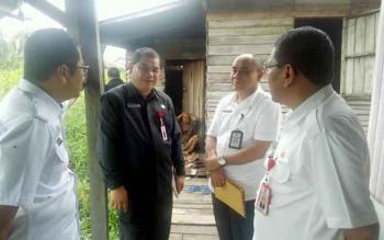 PJ Sekda Syahrin Daulay (kanan) didampingi pejabat lainnya mendatangi kediaman nenek di Jalan Pelatuk, Rabu (8/3/2017).